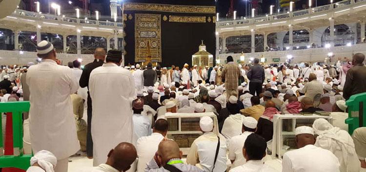 750-sholat-di-depan-kabah-masjidil-haram